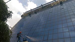 شستشوی نمای شیشه ای در ساختمان